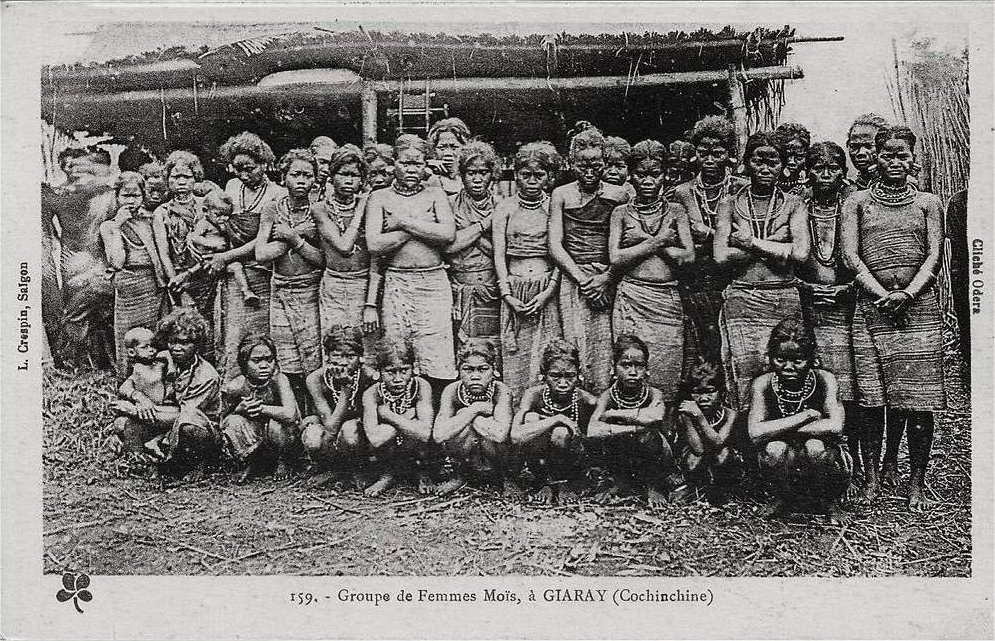 159. - Groupe de femmes Moïs, à GIARAY (Cochinchine) L. Crespin Saïgon